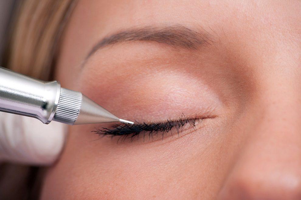 Phun mí mắt là phương pháp làm đẹp được hầu hết các chị em phụ nữ thời hiện đại lựa chọn