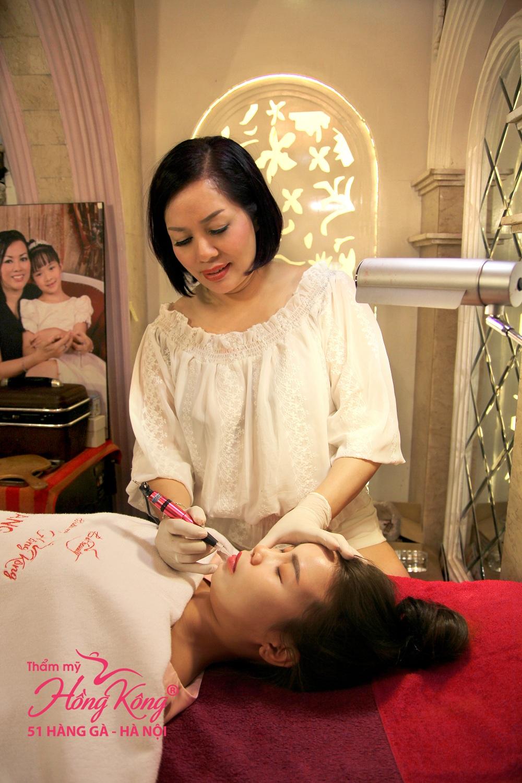 Chuyên gia Phượng Hồng Kông trực tiếp phun môi cho từng khách hàng