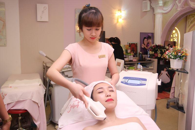 Tại Thẩm mỹ Hồng Kông, khách hàng sẽ được đội ngũ chuyên gia giỏi chuyên môn và giàu kinh nghiệm trực tiếp điều trị mụn bằng công nghệ The Record 618