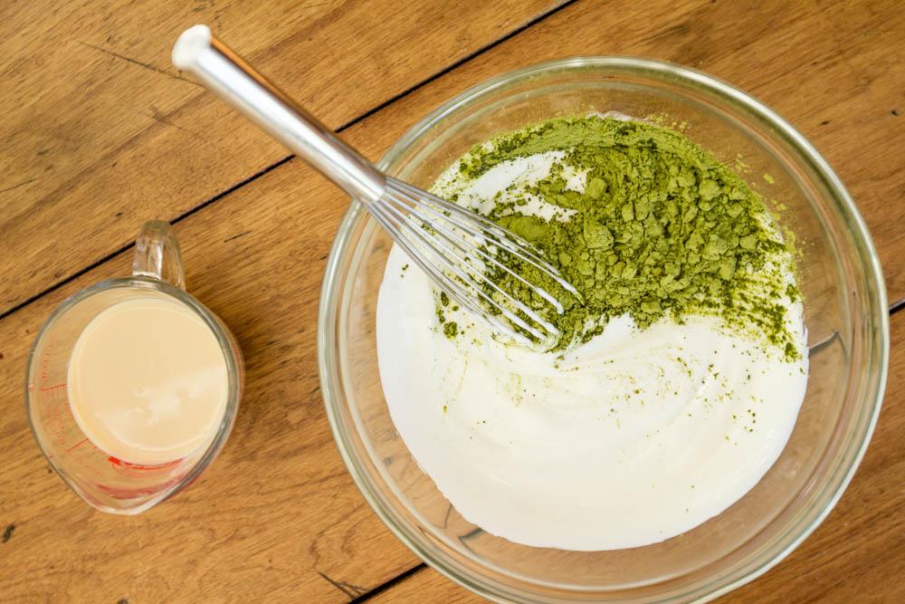 Mặt nạ trị mụn bằng sữa chua và bột trà xanh rất phù hợp với những chị em có làn da dễ kích ứng và nhạy cảm.