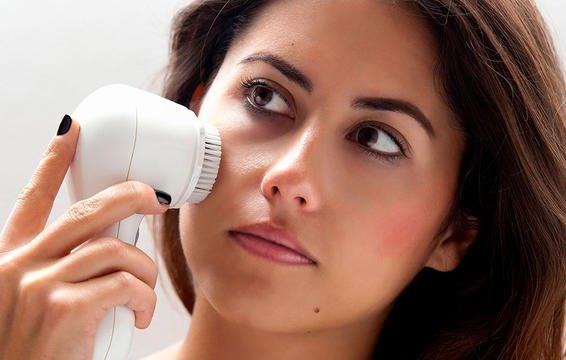 Việc chải khô da có tác dụng kích thích hệ thống tuần hoàn máu hoạt động tốt hơn, từ đó giúp đào thải độc tố ra khỏi làn da và cơ thể