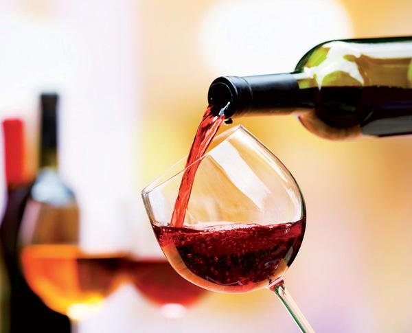 Rượu vang đỏ chứa đồng thời hai chất chống oxy hóa là polyphenol, flavonoid có tác dụng kích hoạt enzym, làm chậm quá trình lão hóa