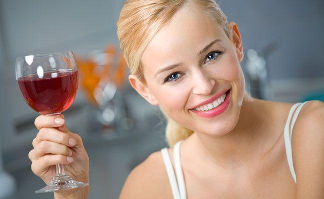 Chất chống oxy hóa và đặc tính chống lão hóa của rượu vang có tác dụng giảm nếp nhăn, giảm vết chân chim và duy trì vẻ tươi trẻ cho làn da.