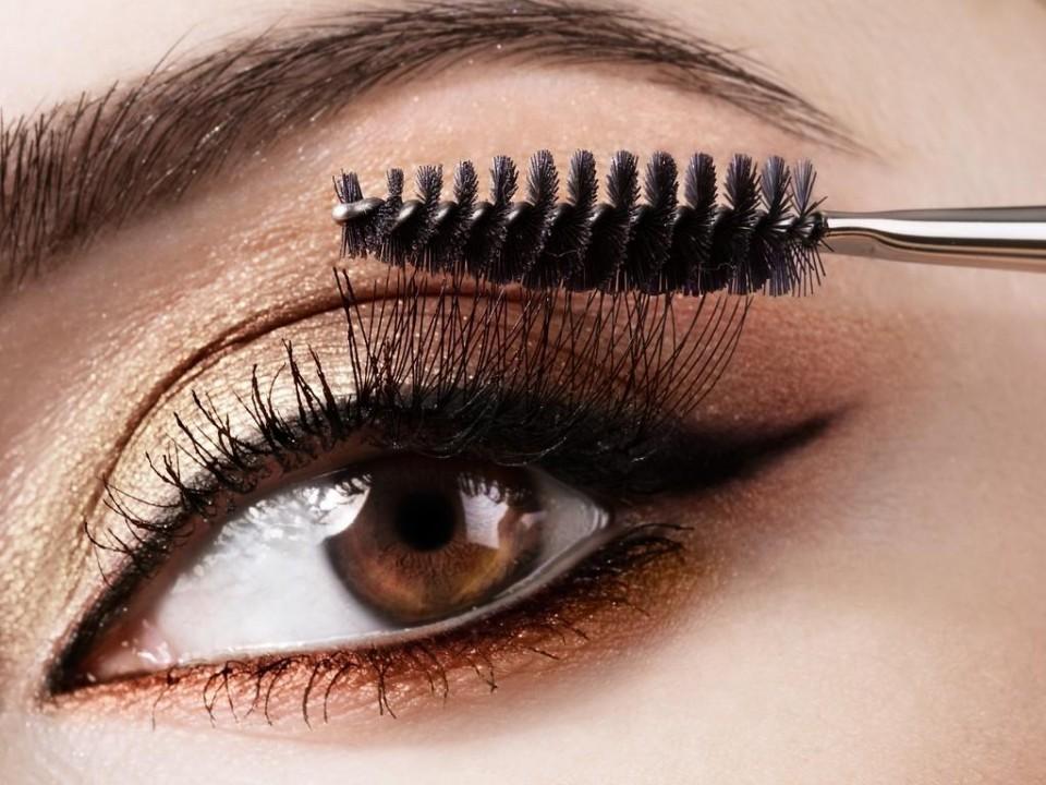Sử dụng mi giả, mascara, hay kẻ mí mắt chỉ là giải pháp ngụy trang tạm thời