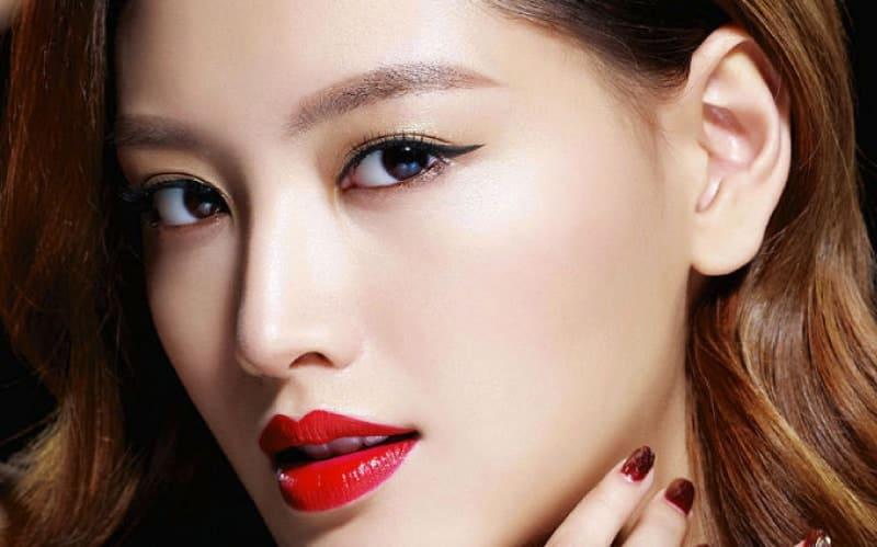 Phun mí mắt là phương pháp làm đẹp được nhiều bạn gái lựa chọn để khắc phục nhược điểm cho đôi mắt
