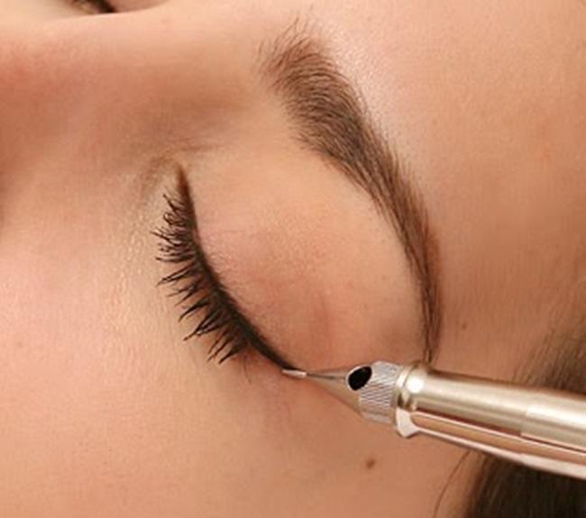 Công nghệ phun mí mắt hiện đại sử dụng mũi kim xăm siêu nhỏ, chỉ tác động nhẹ nhàng tới lớp thượng bì ở độ sâu 0.2-0.3mm