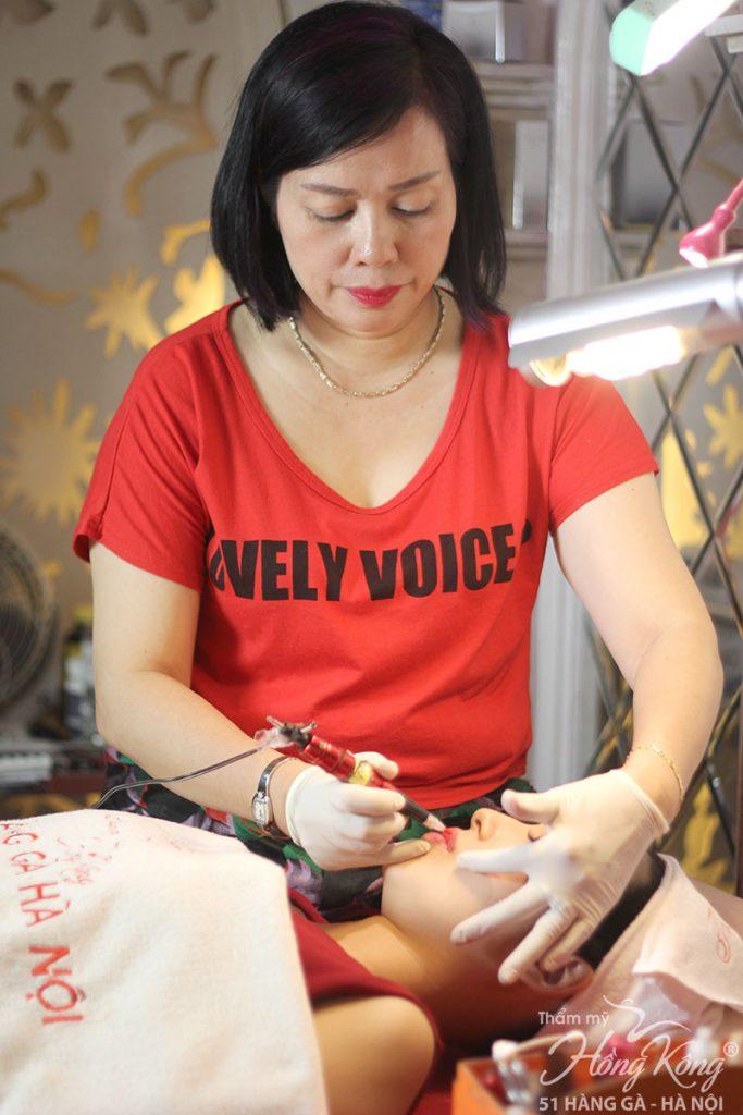 100% khách hàng phun môi màu hồng cam tại Thẩm mỹ Hồng Kông sẽ được trực tiếp chuyên gia Phượng Hồng Kông thực hiện