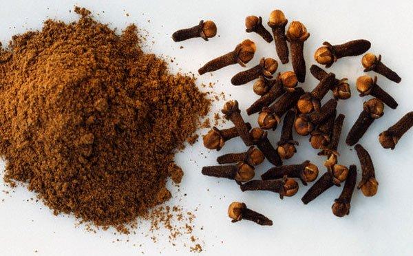 Nhờ đặc tính kháng khuẩn, làm sạch da nên bột gỗ đinh hương có khả năng tiêu diệt vi khuẩn gây mụn và trị mụn hiệu quả